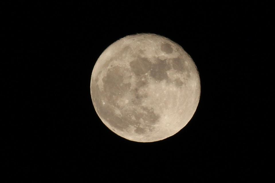 Experimenta la Luna bombardeo masivo de meteoritos