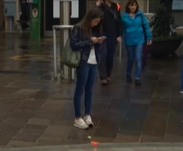 Los adictos al celular ya tienen su semáforo en el suelo