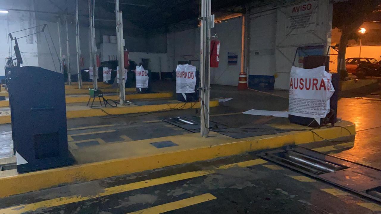 Clausuran verificentros en Puebla; silencio en Medio Ambiente